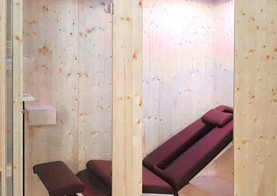 Infrarotkabine mit Relaxliege und Tiefenwärmestrahler